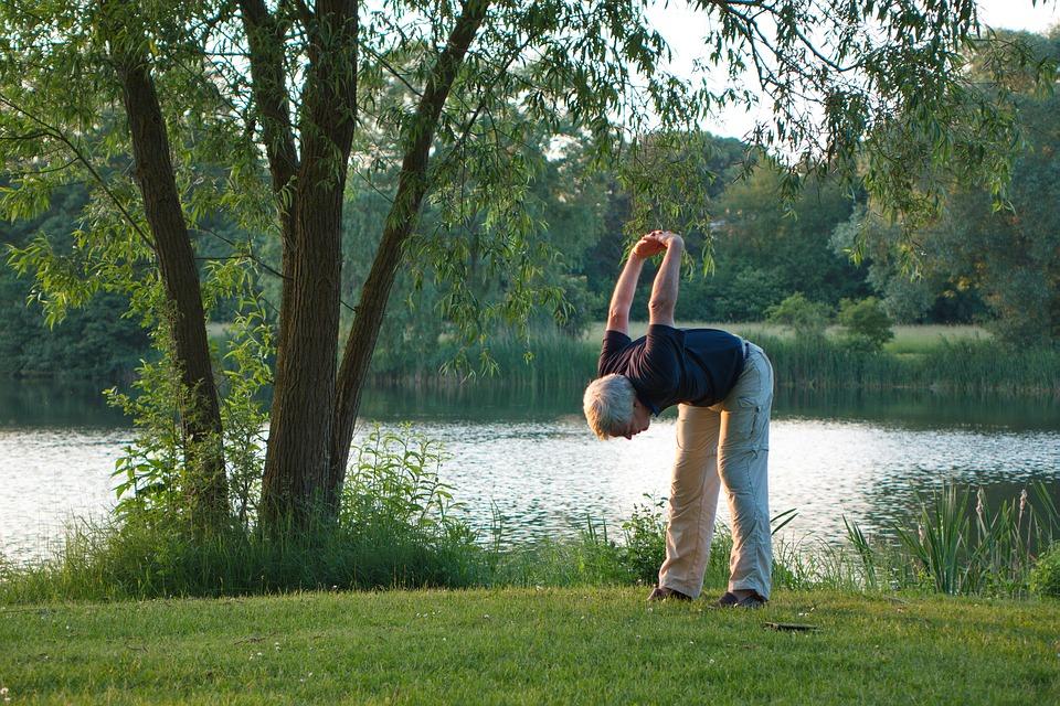 Seniors faisant du yoga - Crédit photo Cnort