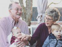 Grands-parents avec les petits-enfants